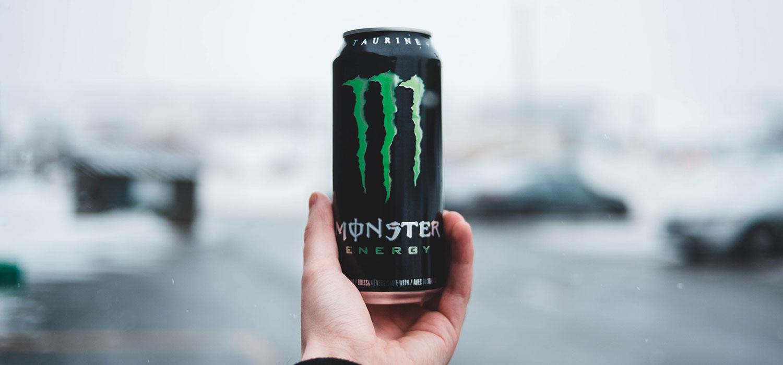 Hand hält eine Dose Monser Energydrink