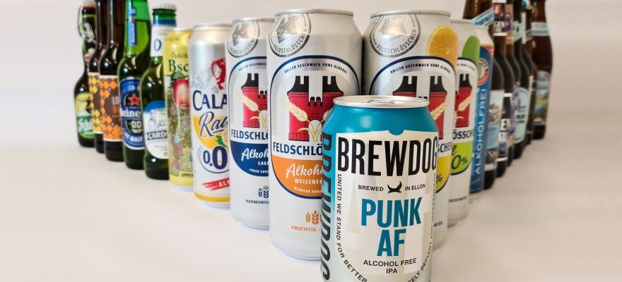 verschiedene alkoholfreie Bierdosen und -Flaschen vor einem weissen Hintergrund